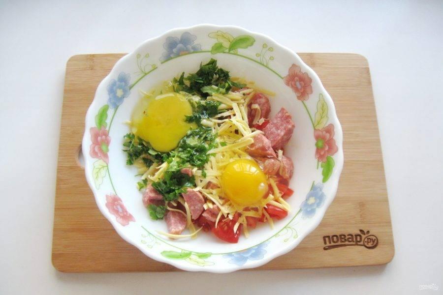 Выложите в глубокую миску. Добавьте яйца и нарезанную зелень, перемешайте.