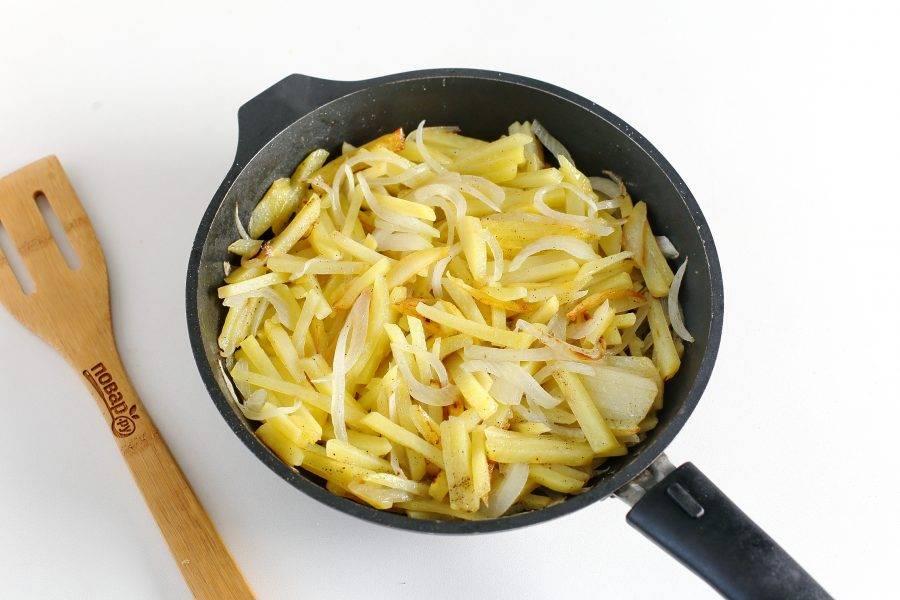 Картофель нарежьте небольшой соломкой, а лук перьями. Обжарьте овощи до полуготовности, посолите и поперчите по вкусу.