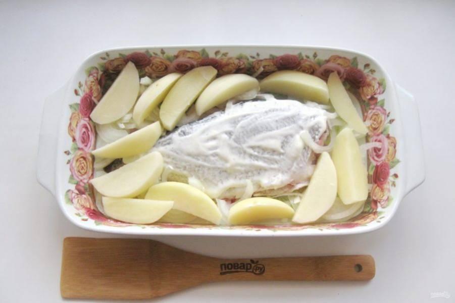 Картофель нарежьте произвольно, мне нравится ломтиками и выложите в форму для запекания рядом с рыбой.