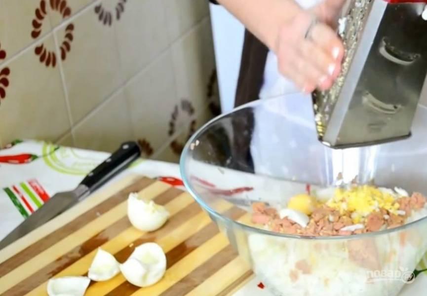 4. Отварите вкрутую и охладите яйца, после чего оставьте желток одного яйца для украшения, а остальное потрите в салат.