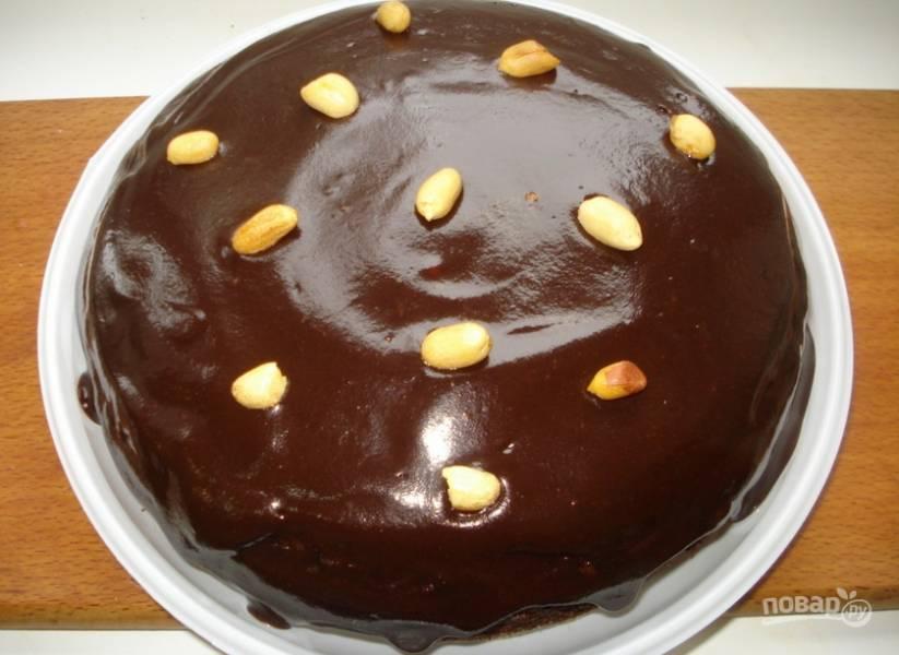 5. И последний шаг: украшаем тортик поджаренными орешками. Вот такая у вас получится красота!