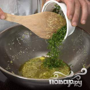 Обжарить чеснок в масле на сковороде, добавить петрушку.