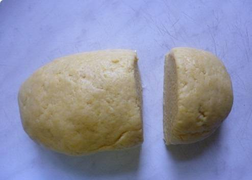 6. Отрезать примерно четверть теста, завернуть в пищевую пленку или пакет и отправить в морозильник.