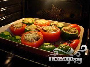 """В глубокую форму выставить помидоры икабачки, заполнить начинкой, сверху посыпать сыром. Положить """"шляпки"""" рядом, но не на сами овощи. Поставить в духовку примерно на 30 минут."""