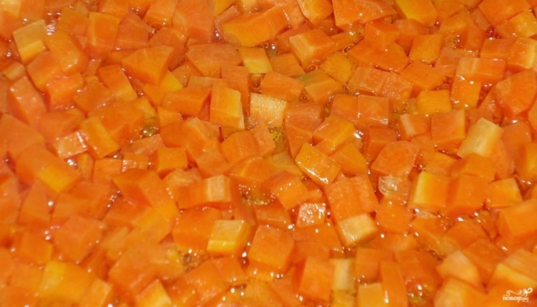 3. Тем временем обжарим на растительном масле сначала морковку, а потом и лук. Морковь должна стать золотистой, а лук - прозрачным.