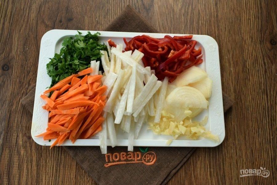 Зелень и чеснок измельчите, овощи нарежьте соломкой, лук — полукольцами.