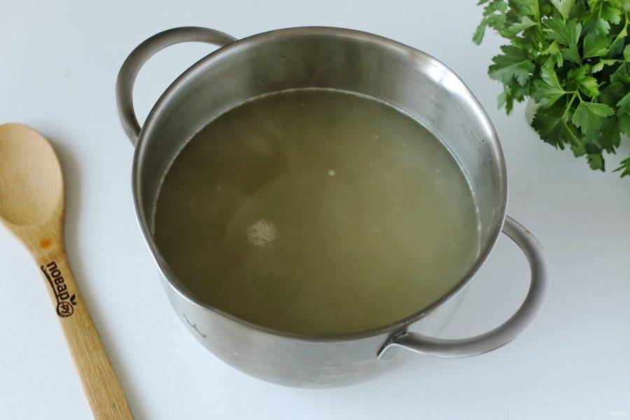 Готовый бульон процедите, мясо отделите от костей и верните обратно в кастрюлю. Поставьте кастрюлю на плиту, добавьте горох и доведите бульон вновь до кипения.