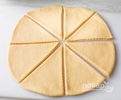 2. Готовое тесто раскатайте тонко в круги, разделив предварительно кусок пополам. Разрежьте вот таким образом на 8 одинаковых частей.