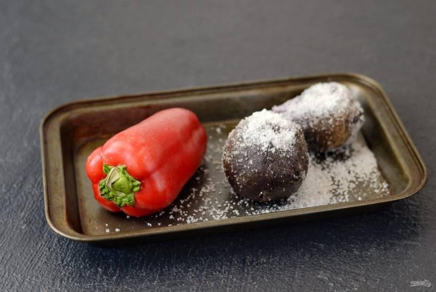 Свеклу и болгарский перец запеките в духовке при температуре 200 градусов. Болгарский перец примерно 35-40 минут, свеклу около часа. Свеклу остудите, очистите и нарежьте кубиками. Перец поместите в плотно закрывающийся пищевой контейнер или пакет на 10 минут. Очистите от пленки, семян и плодоножки.