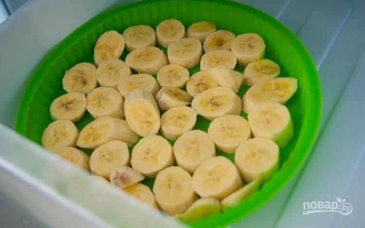 Выложите фрукты в силиконовую форму и отправьте её в морозилку на 2-8 часов.