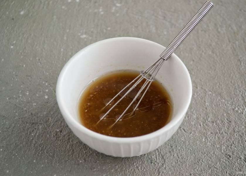 Смешайте все остальные ингредиенты вместе. Попробуйте соус на вкус, по необходимости добавьте соли или лимонного сока.
