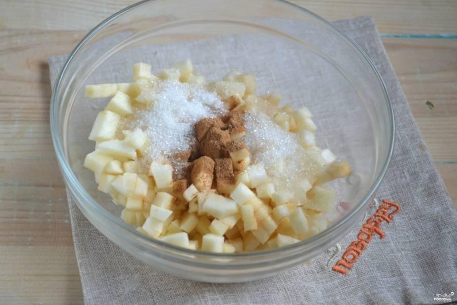 Яблоки порежьте мелкими кубиками. Добавьте сахар и корицу, сбрызните лимонным соком и перемешайте.