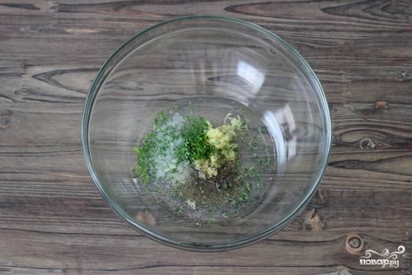 3. А тем временем в глубокой мисочке соедините оливковое масло, измельченный чеснок, соль, перец, свежие и сушеные травы.