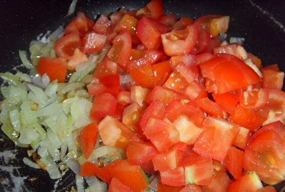 3. Заливаем водой чечевицу и ставим вариться. Овощи обжариваем на сковороде в растительном масле.