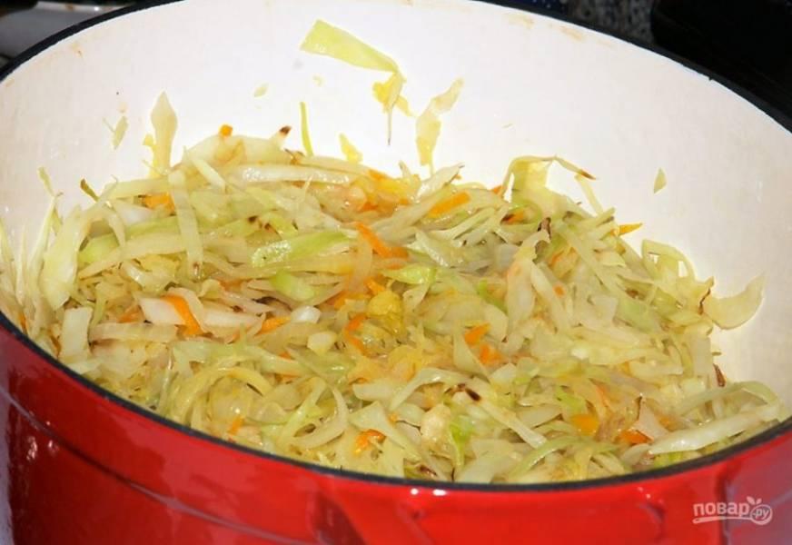 Отдельно на сковороде протушите в течение 10-20 минут нашинкованную капусту. Затем соедините капусту с остальными жаренными овощами и тушите час, до готовности.
