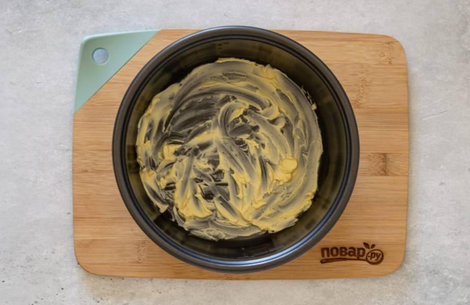 Дно мультиварки обильно смажьте сливочным маслом.