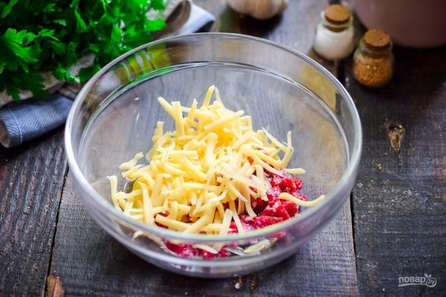 Твердый сыр натрите на средней терке, добавьте сыр в миску.