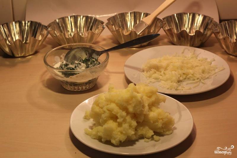 Картофель потолчите в пюре. Добавьте к нему немного сливочного масла и 2/3 части сыра, который нужно натереть на тёрке.