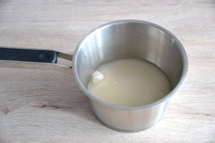 Всыпьте в сотейник сахар, залейте водой. Нагрейте до кипения на среднем огне. К этому моменту сахар должен полностью раствориться, после того, как сироп закипел, мешать нельзя. Примерно за 2 минуты до окончания варки  добавьте лимонную кислоту.