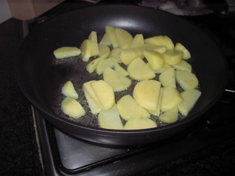 Картошку режем ломтиками, обжариваем в масле.