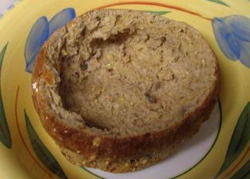 5. Берем хлебные тарелки, смазываем их соусом тобаско и посыпаем тертым сыром. Отправим в духовку на 10 минут.