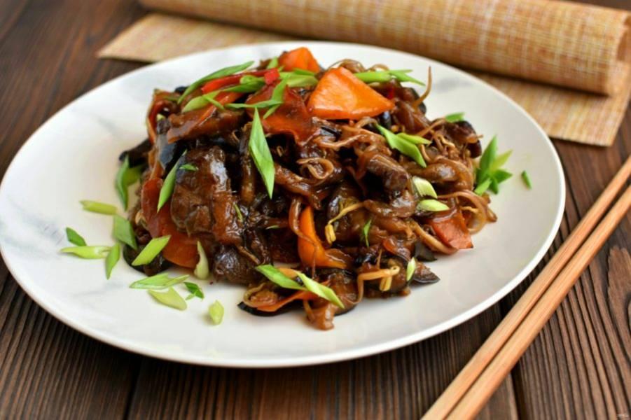 Дайте блюду постоять без нагрева 5-7 минут и сервируйте теплым, посыпав рубленной петрушкой и зеленым луком.