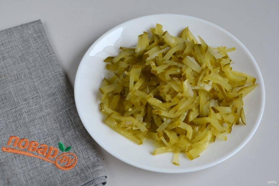 5. Соленые огурчики порежьте соломкой, можно кубиками или натрите на терке. Положите в суп. Варите еще 5 минут.