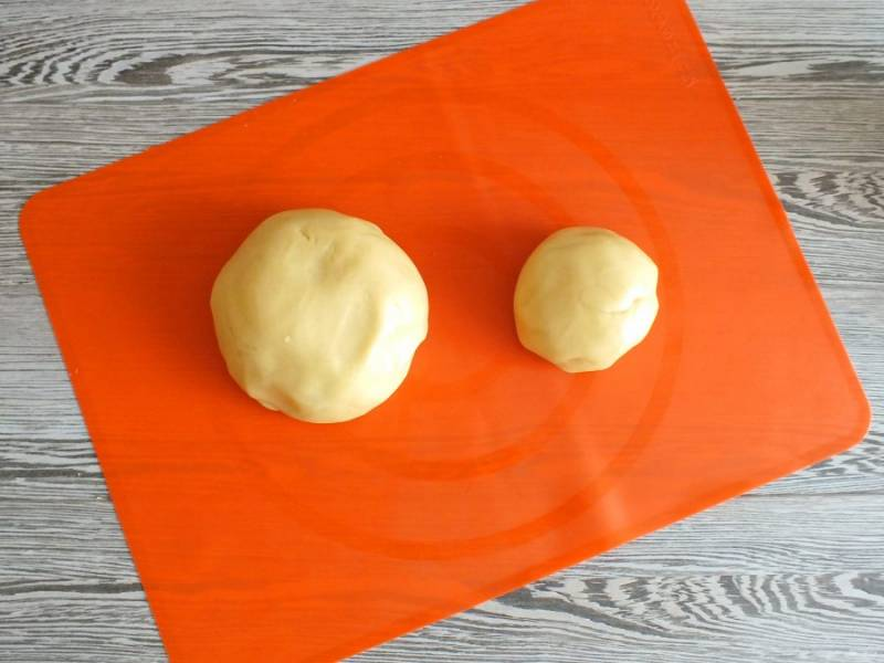 Разделите тесто на две неравные части.