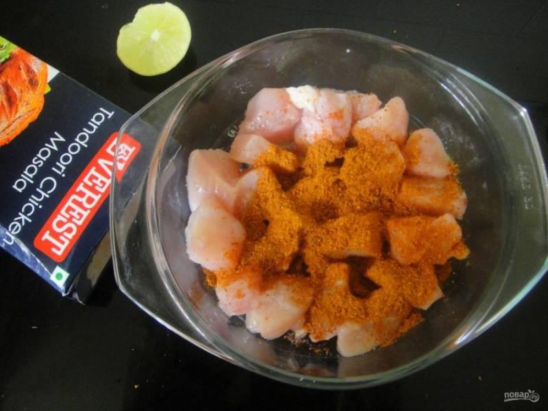 2. Приправьте мясо тандури масала, лимонным соком, солью и перцем.