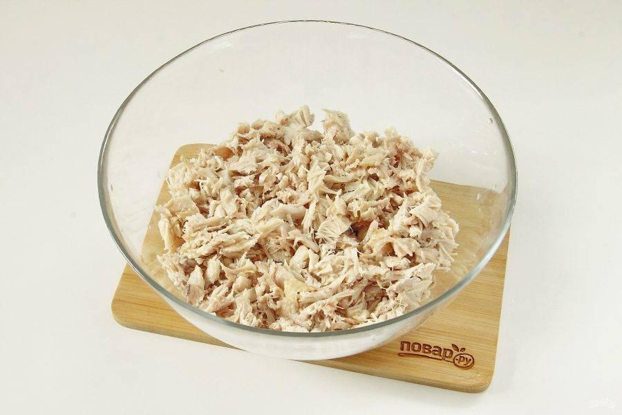 Нарежьте куриное филе небольшими кусочками и сложите в глубокую миску.