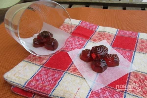5.Выложите конфеты из формочек. Домашние конфеты можно завернуть в пергаментную бумагу и хранить в герметичном контейнере.