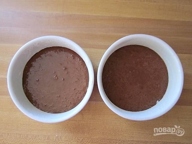 9.Распределите шоколадное тесто между двумя формочками для выпечки.