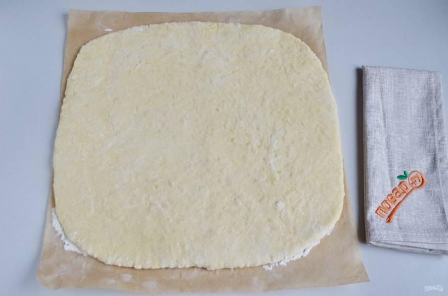 Раскатайте тесто толщиной 1-1,5 см. Я для удобства делаю это на пергаменте.