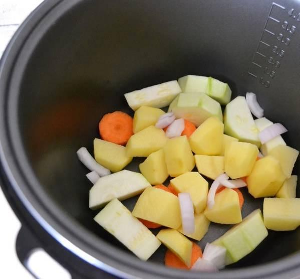 1. Все овощи моем, чистим, мелко режем и помещаем в чашу мультиварки. Доливаем очищенную воду до первой отметки мультиварки.