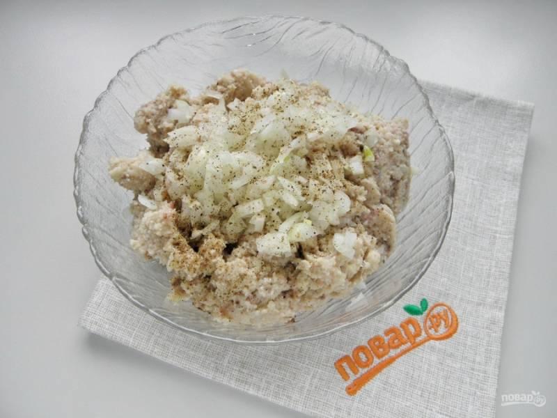 Порежьте очень мелко луковицу, добавьте ее в форшмак, также пару щепоток черного молотого перца. Перемешайте.