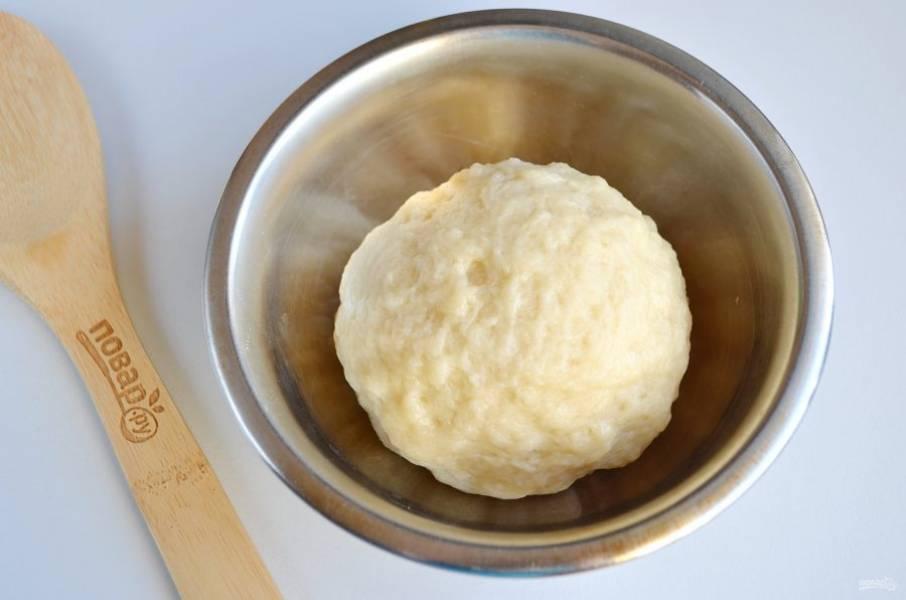 В теплой воде растворите соль, добавьте растительное масло, перемешайте и вводите частями муку. Замесите мягкое тесто, оберните его пленкой или накройте полотенцем и оставьте на 30 минут.