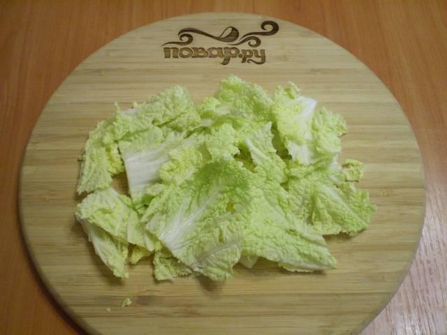 Порежьте капусту на крупные куски.