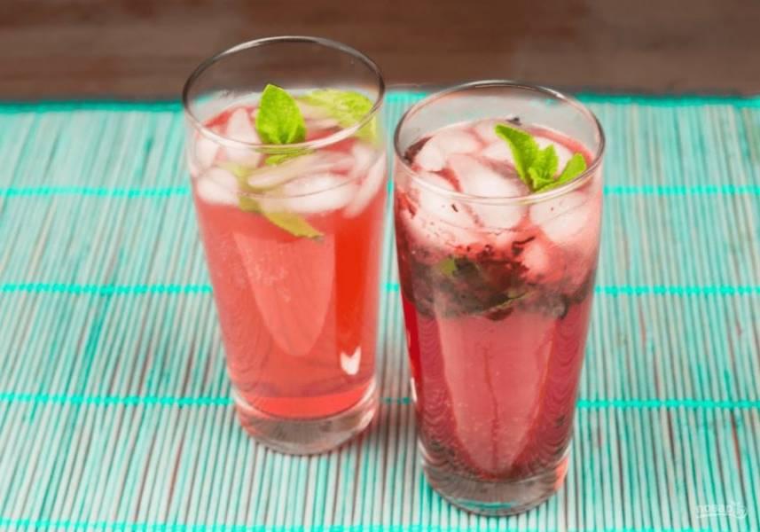 4. Добавьте минеральную газированную воду, лед и мяту. Также подавайте его охлажденным. Приятного аппетита!