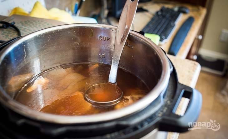 2.Влейте в кастрюлю к фасоли и луку рыбный бульон, доведите ее содержимое до кипения.