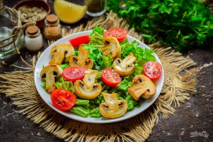 Черри ополосните и просушите. Нарежьте томаты половинками, разложите поверх салата, между грибов.