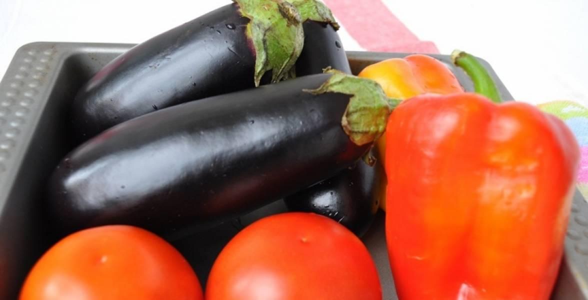 1. Для этого салата нужно взять баклажан (в количестве 1-2, зависит от размера), помидоры и перец. Я всегда беру два перца: красный и зеленый, чтобы создать контраст (можно взять еще и желтый). Тщательно моем все овощи.
