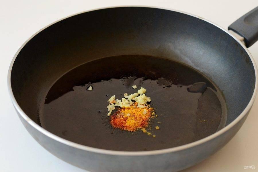 Натрите имбирь на мелкой терке. Обжарьте в сковороде все специи, кроме соли, до раскрытия аромата.