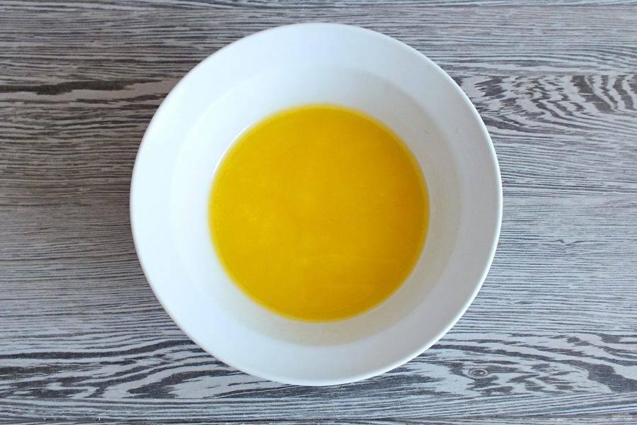 Растопите маргарин и охладите до комнатной температуры.
