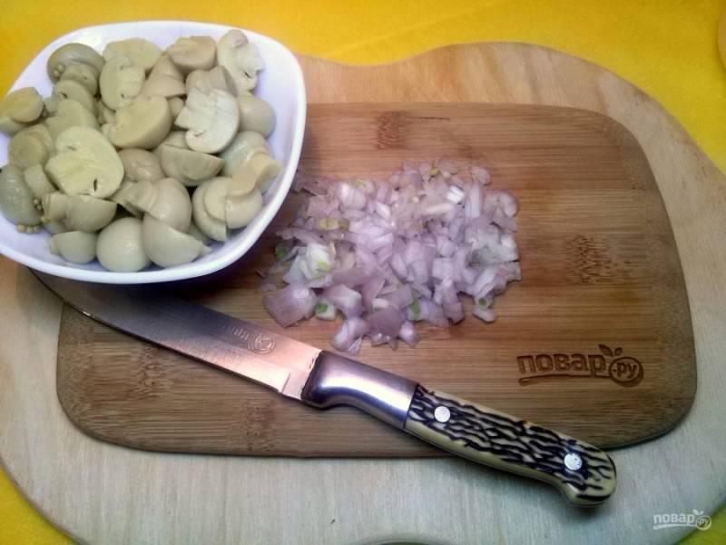 Лук измельчите, грибы нарежьте на 2-4 части . Если лук сильно горчит, замаринуйте его в 1 ст.л. лимонного сока на 5 минут.
