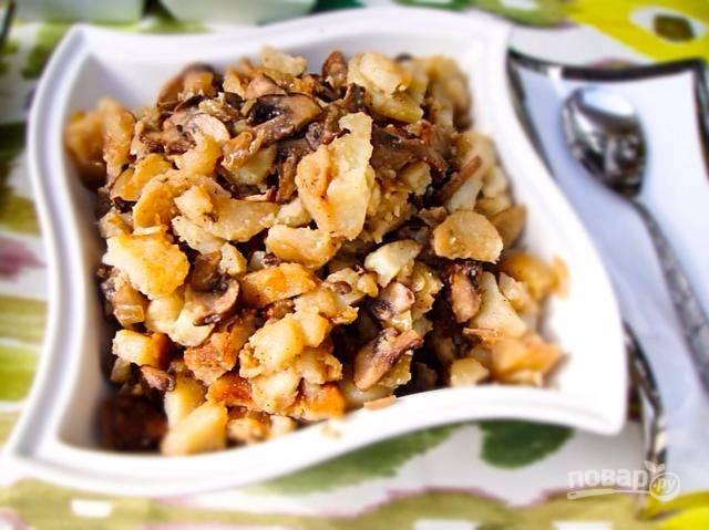 8.Переложите грибы с луком к картофелю, накройте крышкой и обжаривайте еще несколько минут. Подавайте блюдо сразу, приятного аппетита!