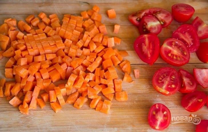Морковку почистите и нарежьте мелким кубиком. Помидоры черри порежьте пополам. Добавьте к бобовым.