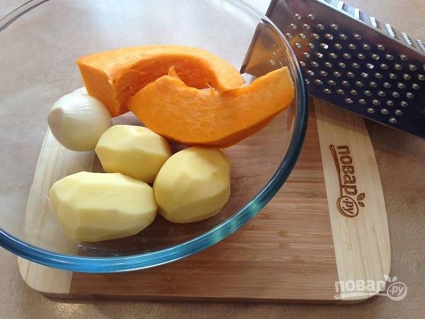 1. Очистим картофель, тыкву и лук. Картофеля у меня получилось 330 грамм, тыквы — 250.
