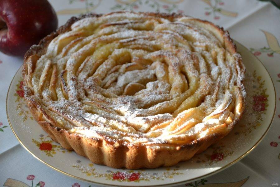 Слегка остывший пирог можно присыпать сахарной пудрой и подавать к столу.