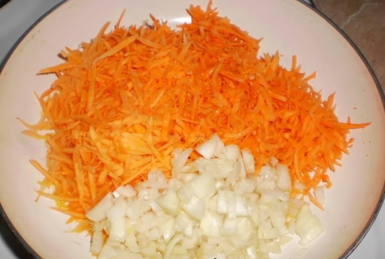 Промываем и очищаем морковь и лук. Морковь трем на терке, а лук измельчаем. Обжариваем овощи на растительном масле до мягкости.