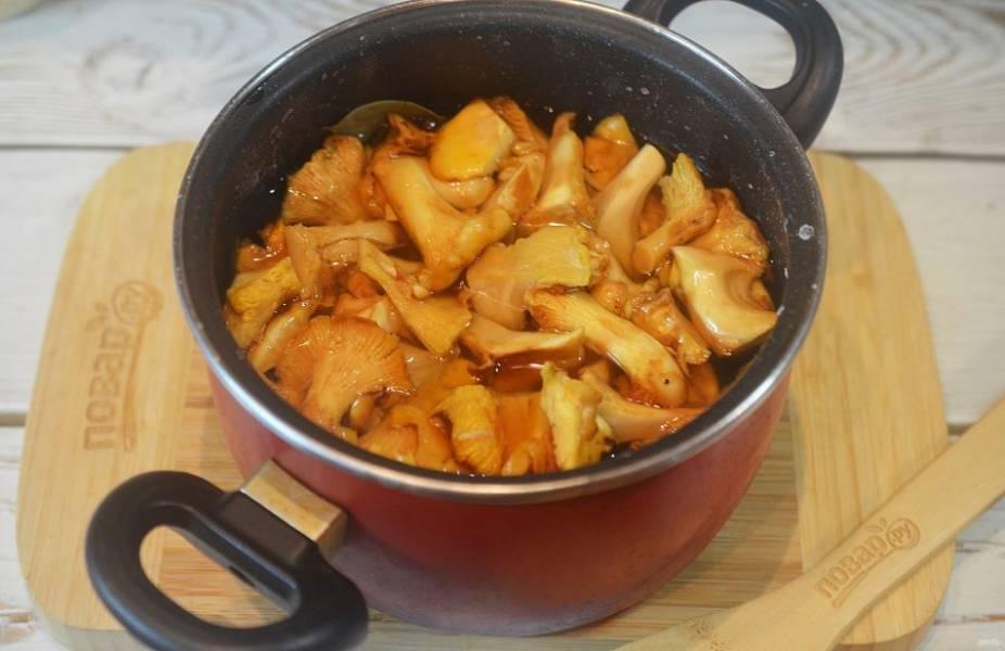 3. Смешайте воду, соль, чеснок и пряности, доведите до кипения. Добавьте лисички и варите 20 минут, снимая пену.